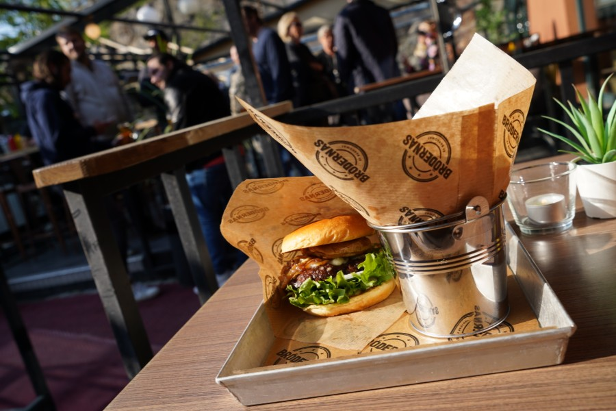 Bild på en av våra grymma hamburgare och pommes frites