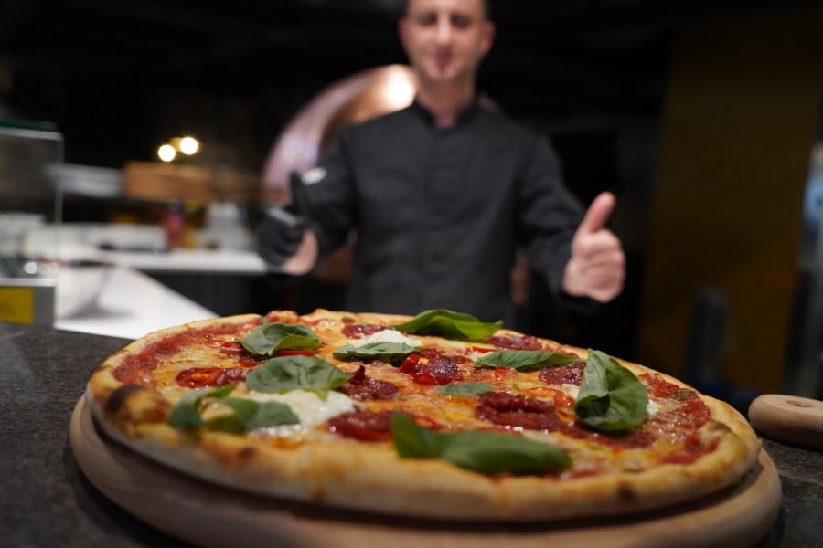 napolitansk pizza på Brödernas restaurang och glad kock i bakgrunden